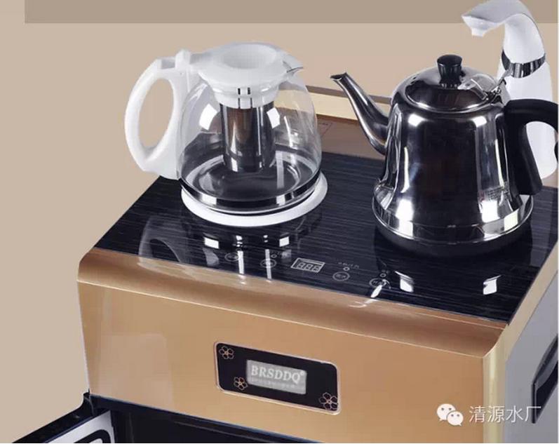 茶吧机,可以说是升级换代版的饮水机。它是集饮水机与茶炉的功能于一身的机器,时又区别于传统意义上的饮水机。茶吧机跟饮水机的不同之处主要体现在:茶吧机主要针对传统饮水机加热温度不能达到沸水温度、桶装水安装费力、清洗困难、开机后反复加热久煮产生千滚水、耗电量大等问题,进行了改进,实现了饮水机的华丽变革和换代。 加热温度上茶吧机可以达到100C的沸水温度。内置的隐藏式水桶设计,避免了饮用水的二次污染,方便了桶装水的安装,而且,外观上也更加的高端时尚。智能的触摸主板电脑控制,杜绝了千滚水问题,完美的实现了健